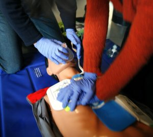 860px-CPR_training-04